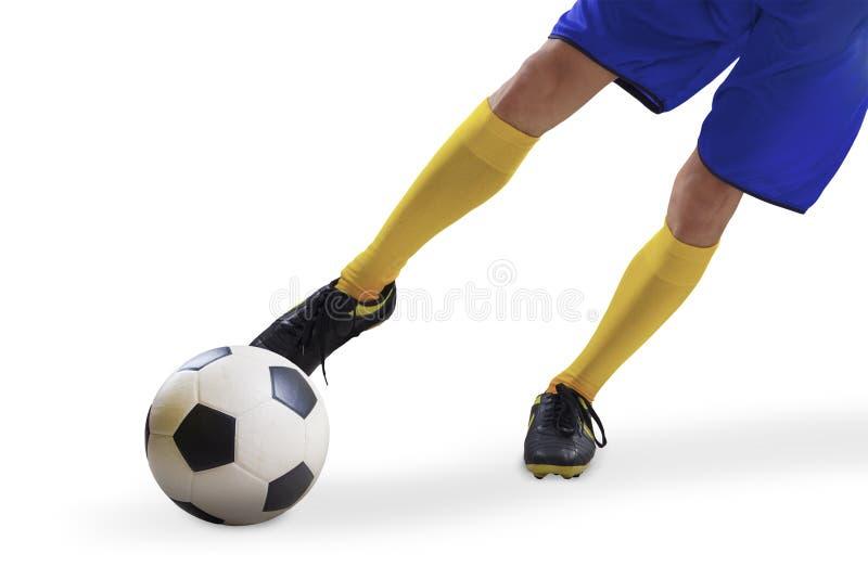 Fußballspieler, der den Ball 2 tritt stockfotos