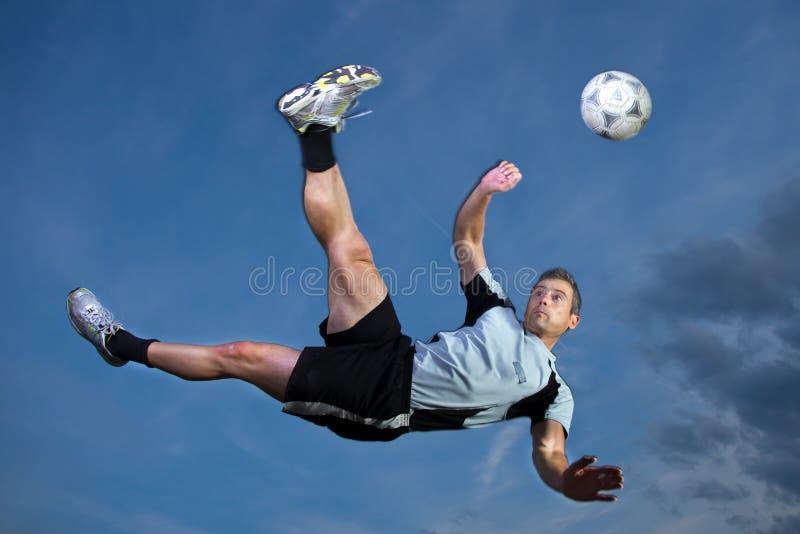 Fußballspieler in einem Fahrradstoß lizenzfreie stockfotografie
