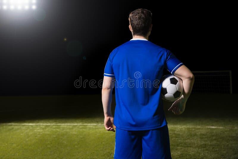 Fußballspieler im blauen Trikot auf Stadion stockfoto
