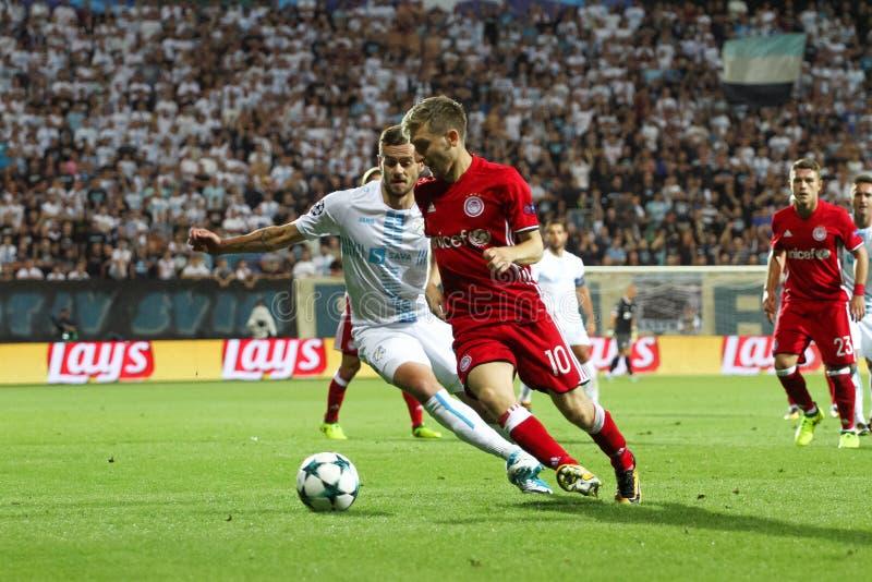 Fußballspieler im Duell stockbilder