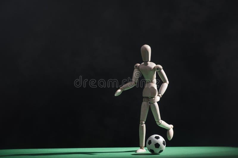 Fußballspieler mit Kugel lizenzfreie stockfotos