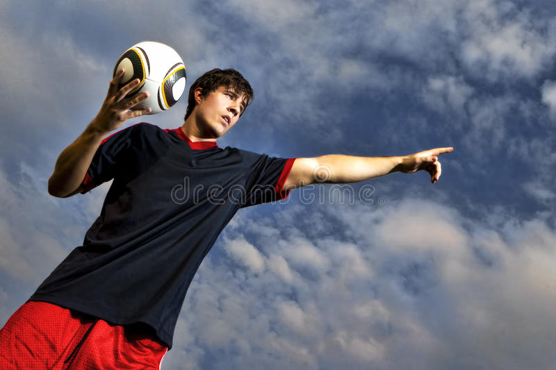 Fußballspieler Throw innen stockfotos