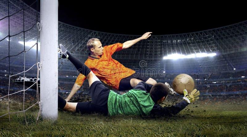 Fußballspieler und Sprung des Torhüters stockfoto
