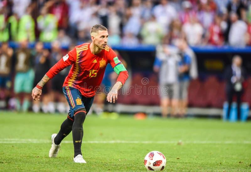 Fußballteamkapitän Sergio Ramos Spaniens nationaler, der einen Strafstoß durchführt lizenzfreies stockfoto