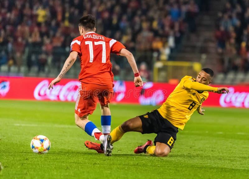 Fußballteammittelfeldspieler Youri Thielemans Belgiens nationaler, der gegen Russland-Nationalmannschaftsmittelfeldspieler Aleksa lizenzfreie stockfotos
