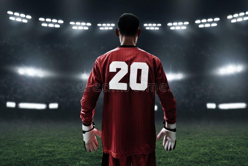 Fußballtorhüter auf dem Feld stockfotos