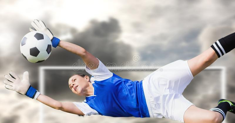 Fußballtorhüter-Einsparungsball im Ziel stockbilder