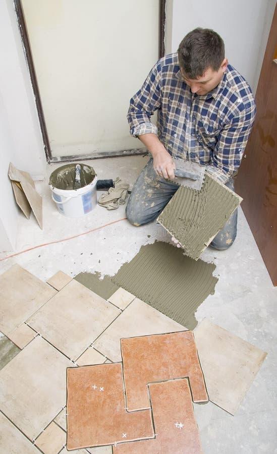 Fußbodenflieseeinbau stockbild