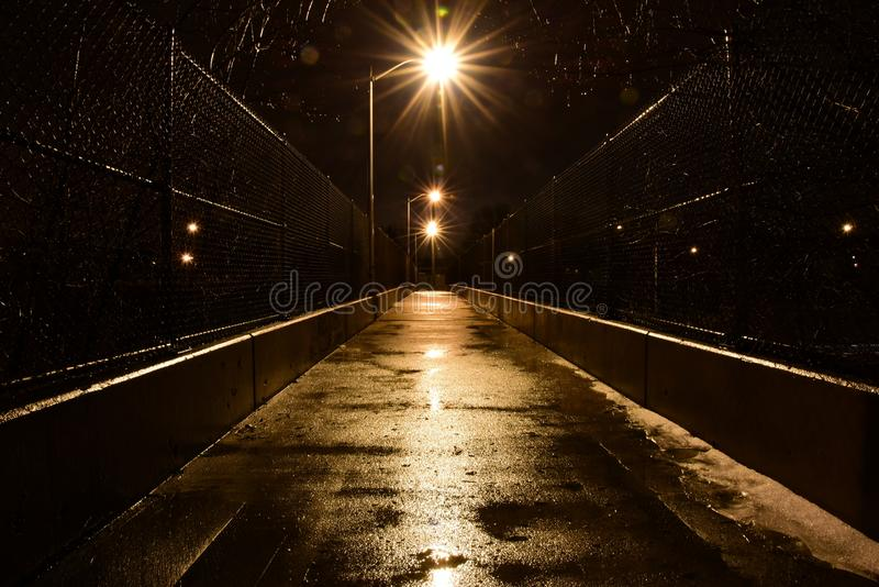 Fußbrücke auf einer regnerischen Nacht stockfotos