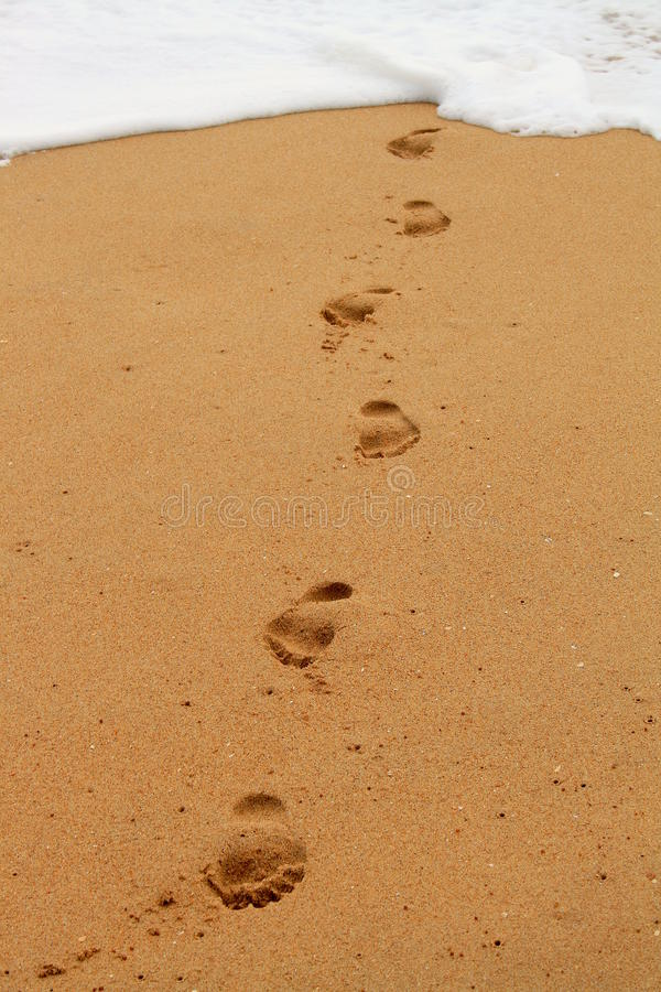 Fußdrucke, die vom Oc kommen lizenzfreie stockbilder