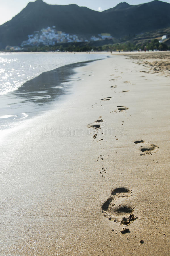 Fußdrucke im Sand lizenzfreies stockfoto