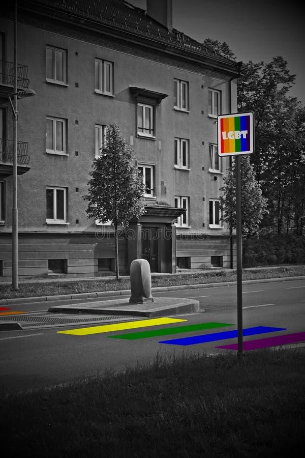 Fu?g?nger?bergang des Regenbogens und Verkehrsschild mit LGBT unterzeichnen in den homosexuellen Flaggenfarben stockfotografie