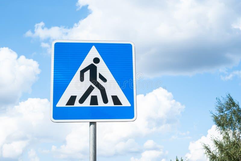 Fußgängerübergang des Verkehrsschildes gegen den Himmel stockfotos