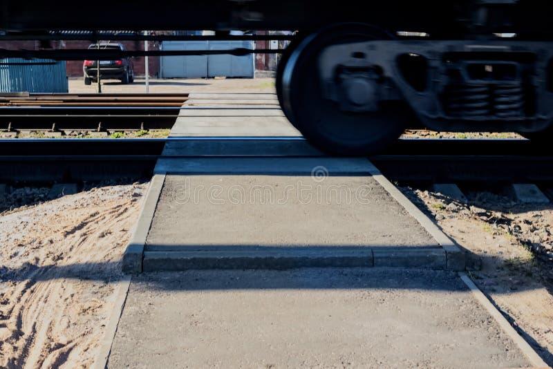 Fußgängerübergang- und Zugräder schließen oben stockfotografie