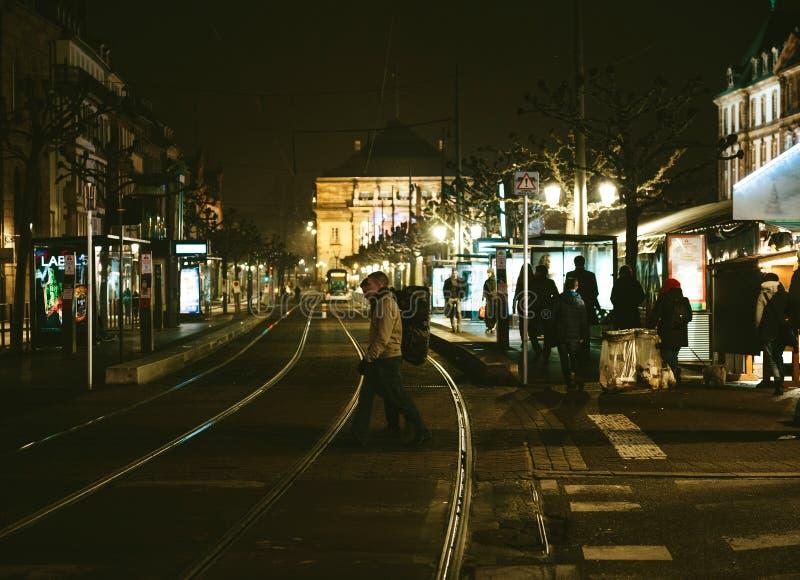 Fußgängerübergangstraße in beschäftigter Straßburg-Stadt am Nachtesprit lizenzfreie stockfotos