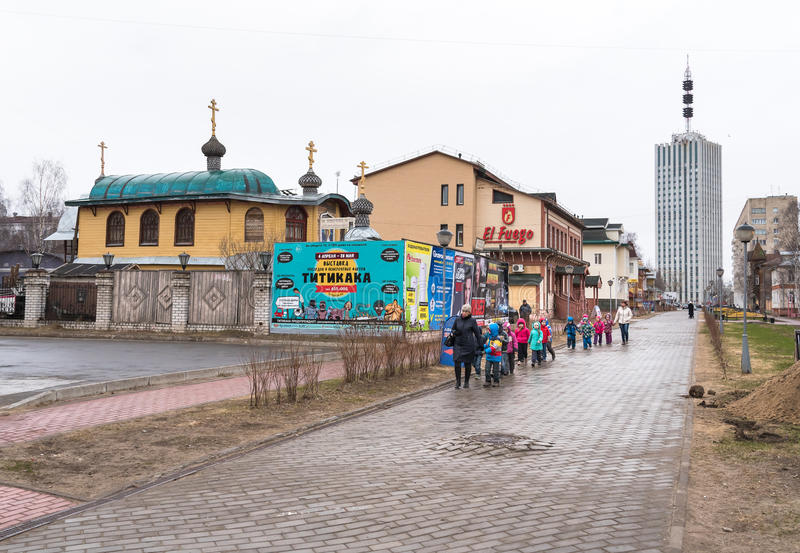 Fußgänger Chumbarova-Luchinskogoallee in Arkhangelsk, Russland stockfoto