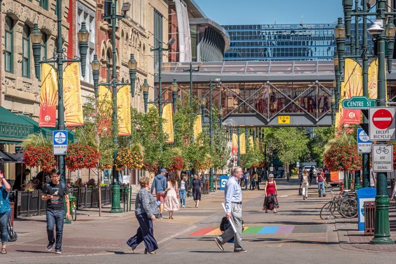 Fußgänger entlang Stephen Avenue in Calgary stockfotografie