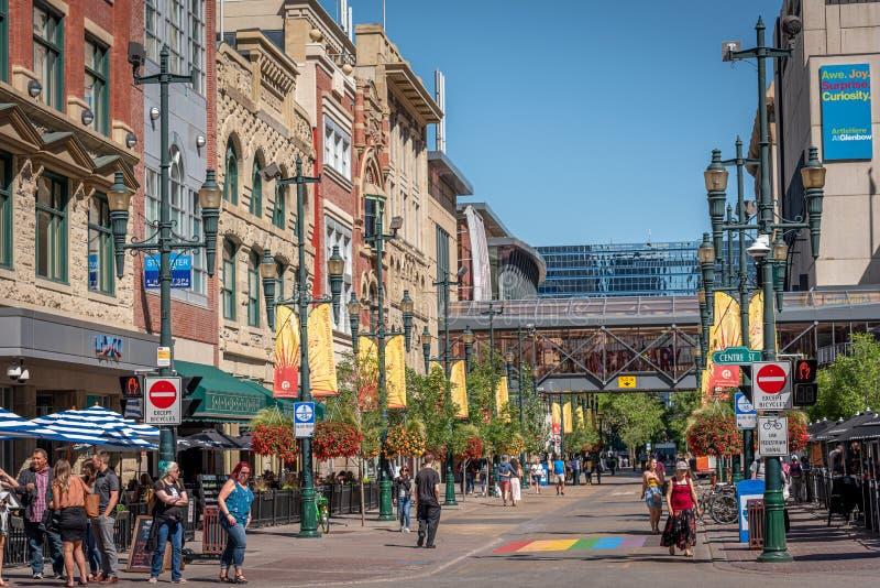 Fußgänger entlang Stephen Avenue in Calgary lizenzfreie stockfotos