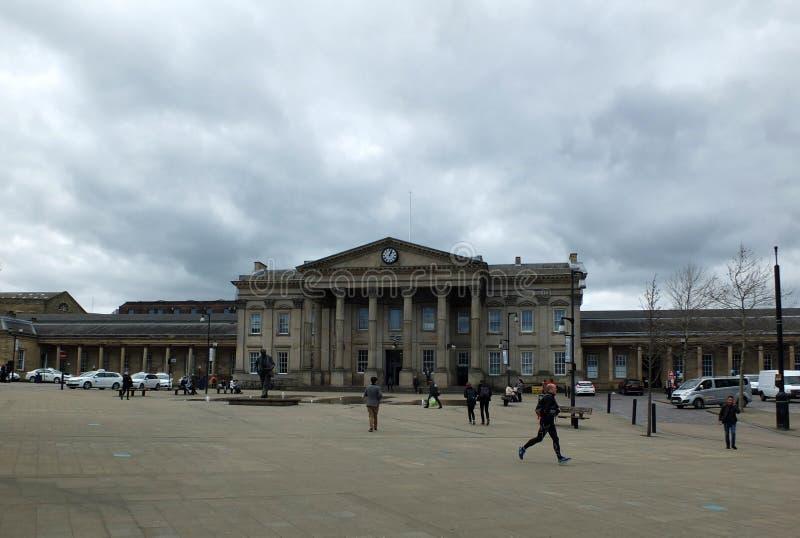 Fußgänger in St. Georges Square gehen hinter das historische Bahnhofsgebäude lizenzfreie stockfotografie