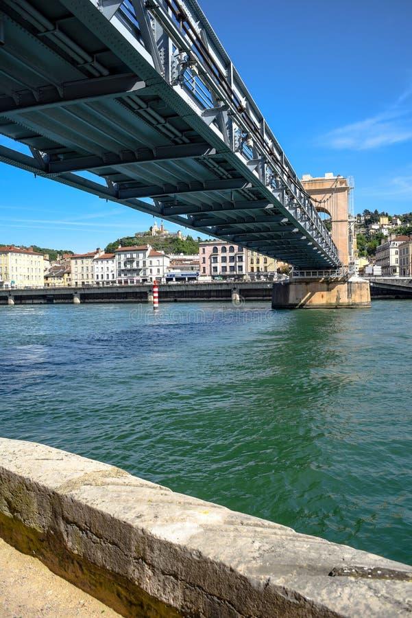 Fußgängerbrücke über dem Fluss Rhône in Vienne, Frankreich stockbilder