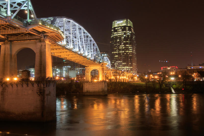 Fußgängerbrücke in Nashville auf einer regnerischen Nacht lizenzfreie stockfotografie