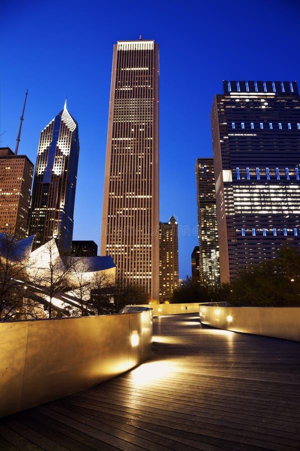 Fußgängerbrücken- und Chicago-Skyline stockbild