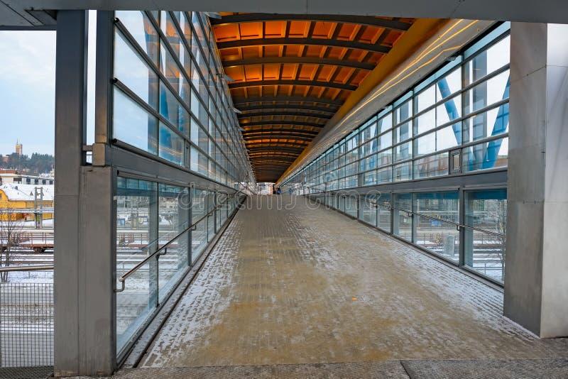 Fußgängersteg über den Bahnstrecken lizenzfreie stockbilder