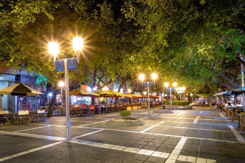 Fußgängerstraße Paseo Sarmiento nachts - Mendoza, Argentinien stockfotos