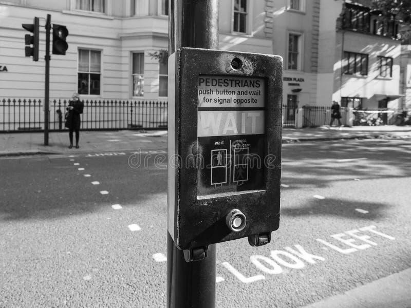 Fußgängerwartezeit unterzeichnen herein Schwarzweiss London stockbilder