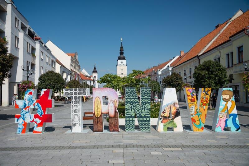 Fußgängerzone mit ursprünglicher hashtag Kunst in Trnava, Slowakei lizenzfreie stockbilder