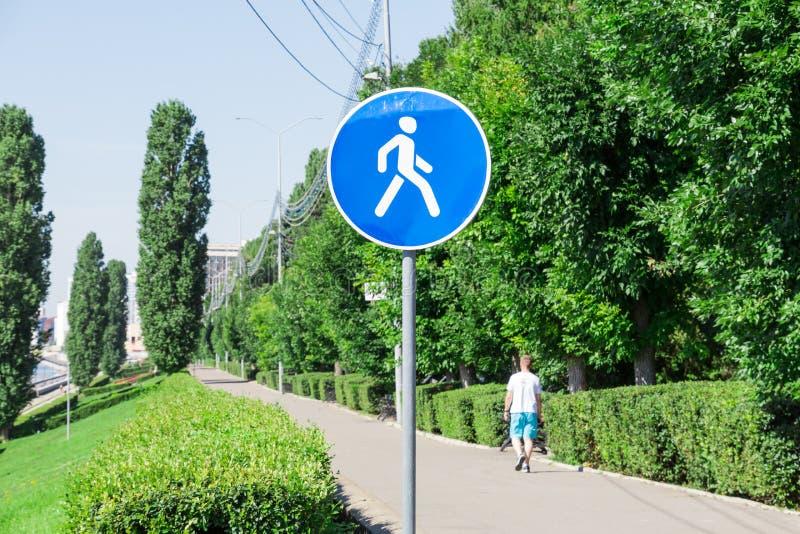 Fußgängerzone Weitwinkelansicht und blaue Tönung Damm in Saratow, Russland Einsamer Fußgänger kurz gesagt lizenzfreie stockfotografie