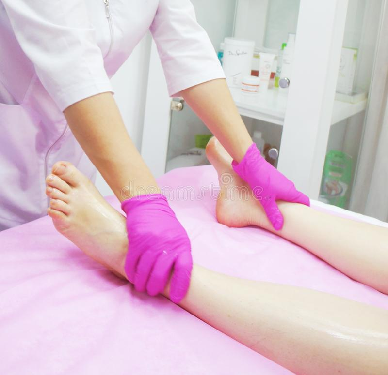 Fußmassage im Badekurort, Nahaufnahme Fußmassageverfahren im Badekurortsalon lizenzfreies stockfoto