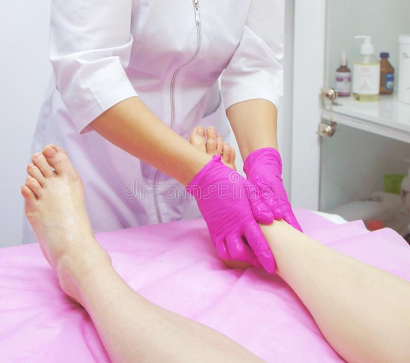 Fußmassage im Badekurort, Nahaufnahme Fußmassageverfahren im Badekurortsalon lizenzfreie stockfotos