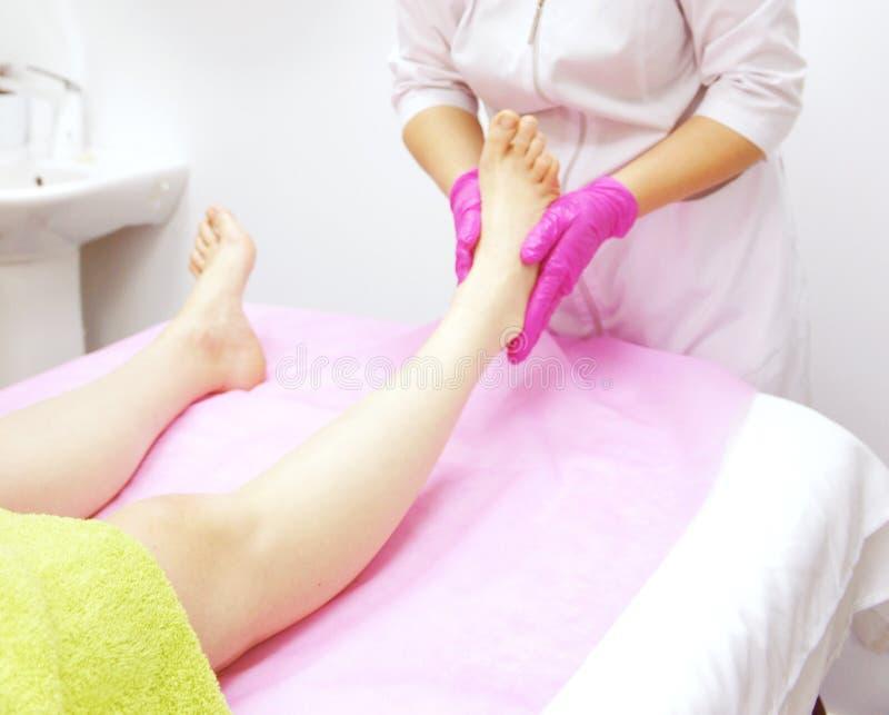 Fußmassage im Badekurort, Nahaufnahme Fußmassageverfahren im Badekurortsalon lizenzfreie stockbilder