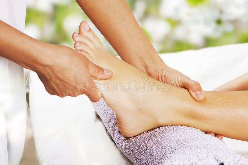 Fußmassage im Badekurortsalon lizenzfreie stockfotos