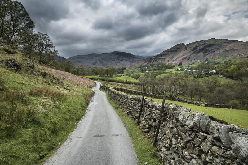 Fußweg, der in Richtung zum bunten Dorf Elter-Wassers Landschaftsführt stockfotos