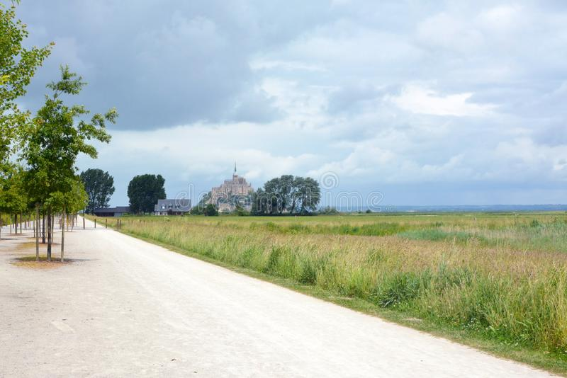 Fußweg, der zur Abtei der Touristenattraktion Le Mont Saint Michel in Normandie in Frankreich führt stockbild
