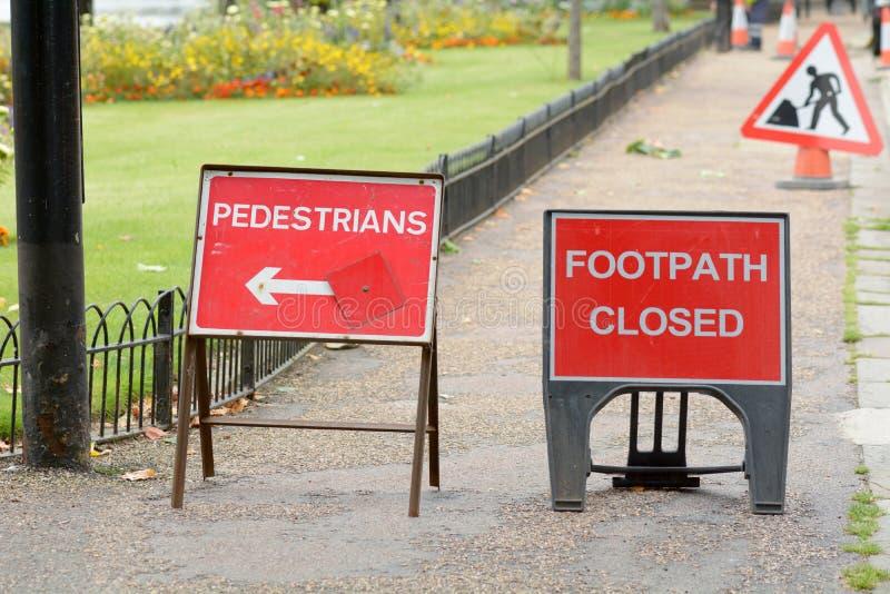Fußweg geschlossen und Fußgänger, die diese Weise unterzeichnet lizenzfreie stockfotos