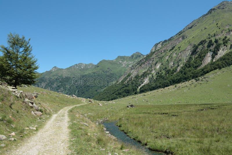 Fußweg in Orlu-Tal in Pyrenäen, Frankreich lizenzfreie stockfotos