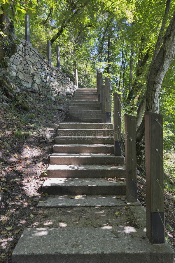 Fußweg zu ausgeblutetem Schloss stockfotos
