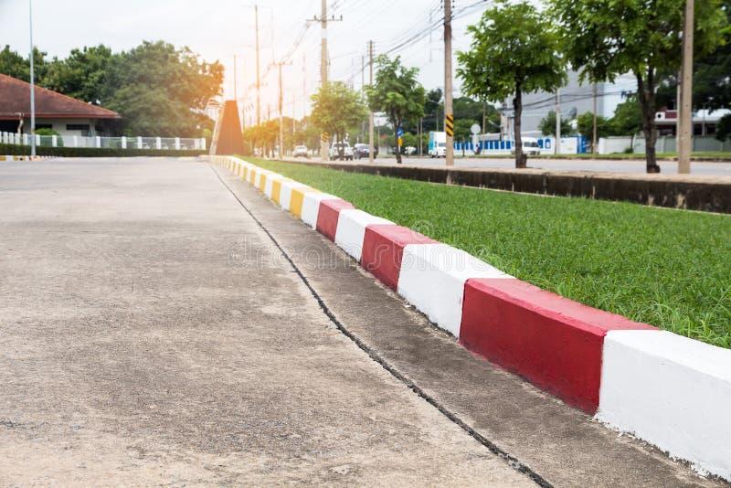 Fußwegen- und Verkehrszeichen auf Straße im Industriegebiet lizenzfreie stockfotos
