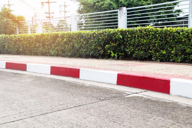 Fußwegen- und Verkehrszeichen auf Straße im Industriegebiet lizenzfreies stockbild