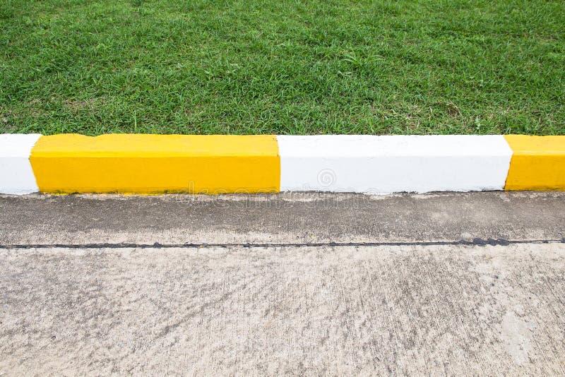 Fußwegen- und Verkehrszeichen auf Straße im Industriegebiet stockfotos