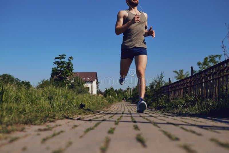 Fußläufernahaufnahme auf der Straße im Park lizenzfreie stockfotografie