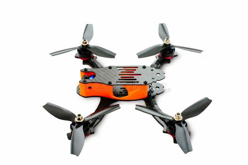 Fuchi isolati che corrono il quadrocopter fatto di nero di carbonio, fuco di FPV pronto per l'hobby alla moda e moderno di volo, fotografia stock libera da diritti