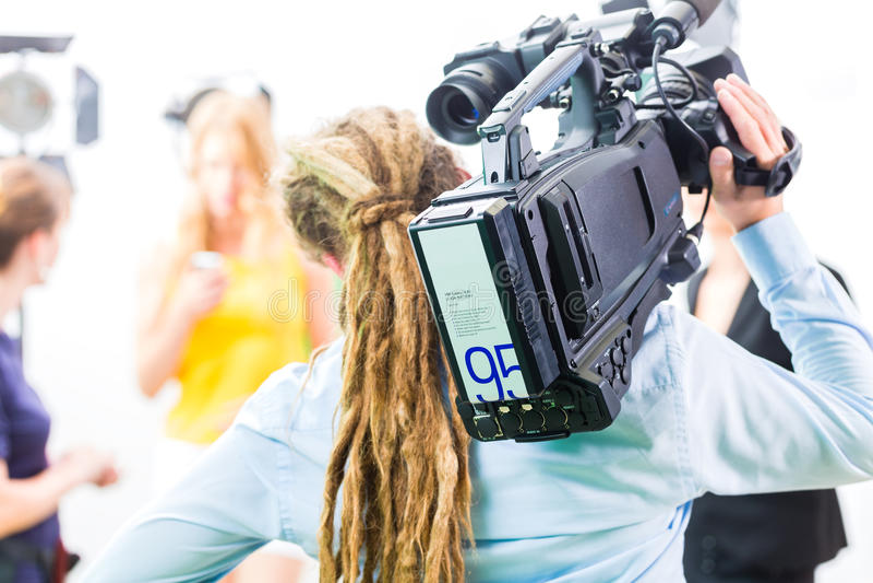 Fucilazione del cineoperatore con la macchina fotografica sull'insieme del film fotografie stock