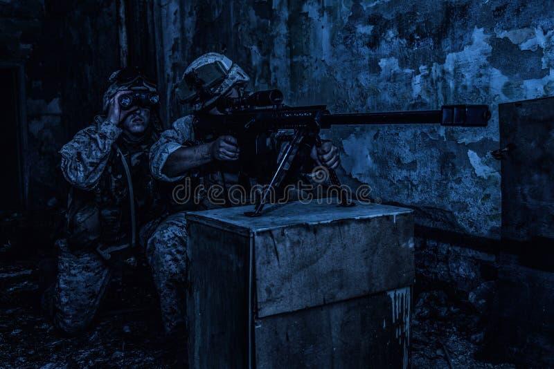 Fucilazione del gruppo del tiratore franco dell'esercito con il fucile grande di calibro fotografie stock