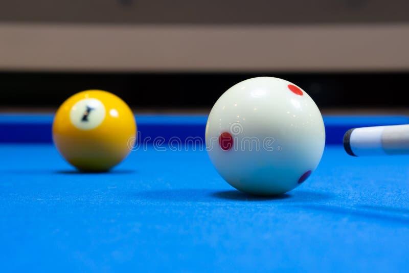 Fucilazione della palla da biliardo fotografie stock libere da diritti