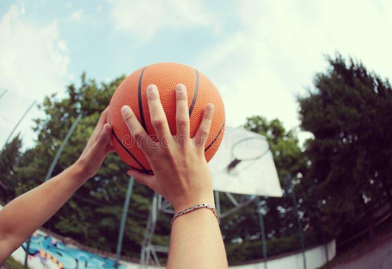 Fucilazione della pallacanestro fotografie stock libere da diritti