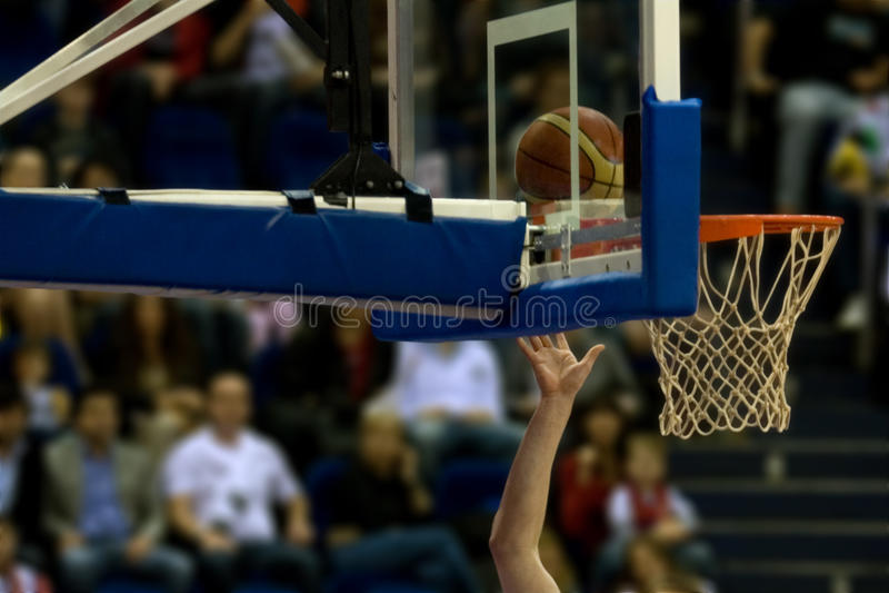 fucilazione di pallacanestro fotografie stock